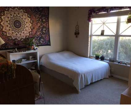 Private room and bath in spacious townhouse starting August 2018 in Saint Petersburg FL is a Roommate