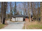 Great cottage/home in quiet street with mature tree line